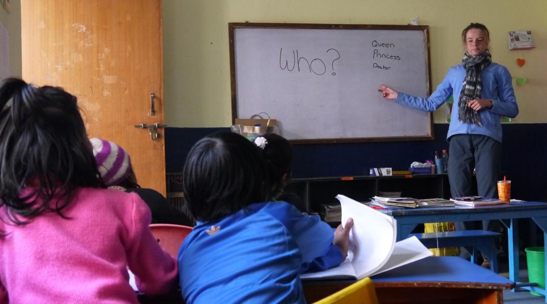 En nuestro voluntariado social en Nepal enseñamos a los niños a leer, escribir y contar.